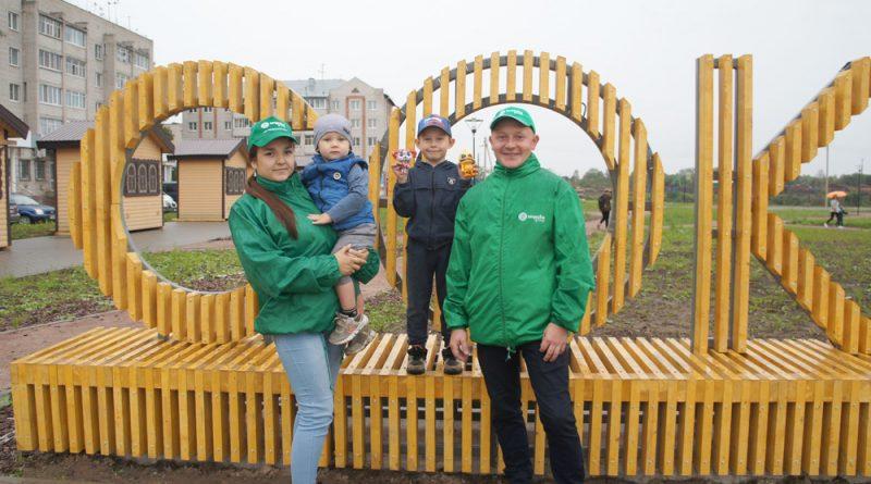 Представители молодёжного объединения Сокольского ЦБК М.Вишнякова и О.Лобашов с подрастающей сменой работников комбината.