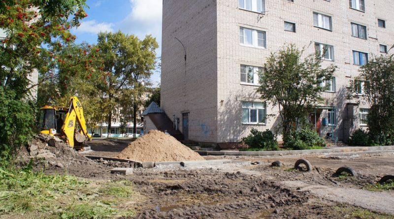 Во дворах домов №№65 и 67 работает техника, завозится грунт, установлен бордюрный камень.