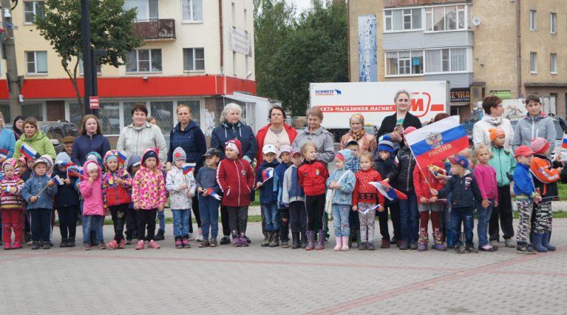Российский триколор - гордость и главный атрибут праздника.