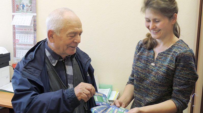 Читатель нашей газеты Геннадий Иванович Колобов получает конкурсный билет в редакции.