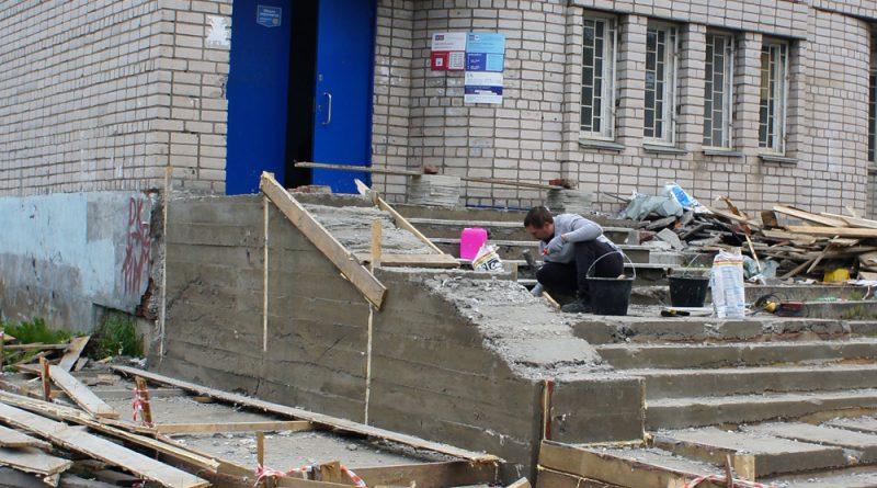 Идут работы по бетонированию ступеней