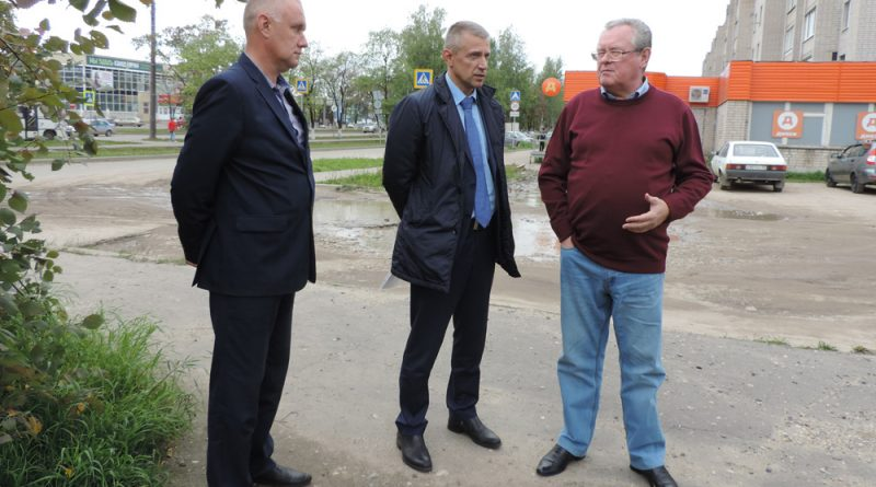 Э.Зайнак (крайний справа) обсудил вопрос об установке памятника с руководителями города.