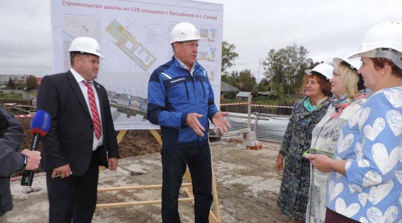 О.Кувшинников обсудил ход работ по строительству новой школы с главой района Ю.Васиным и представителями общественности.