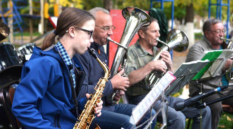 В составе духового оркестра опытные специалисты и молодой музыкант И.Клюшин.