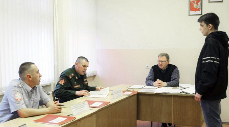 Члены комиссии беседуют с каждым призывником.