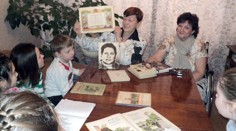 Л.Н.Афанасьева и автор статьи Н.Гаврикова на занятиях в клубе.