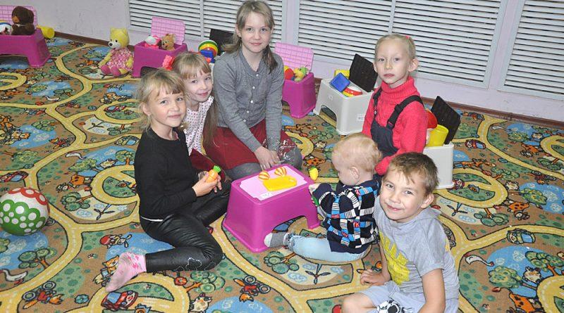 Дети с удовольствием проводят время в игровом уголке.