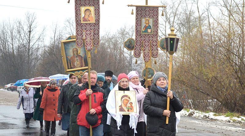Колонна православных христиан направилась к Поклонному кресту.