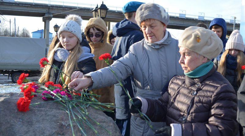 Сокольчане возложили цветы к мемориальному камню.