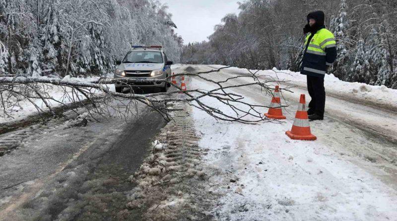 Наряды ГИБДД во избежание автоаварий контролировали дорожное движение на опасных участках трасс во время непогоды.