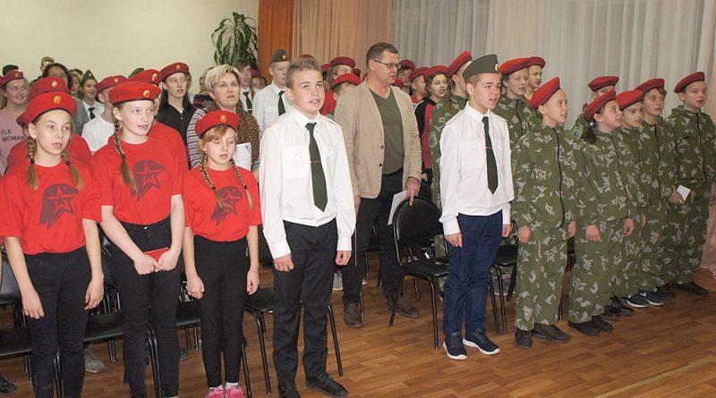 Ребята торжественно исполняют юнармейский гимн «Служить России».