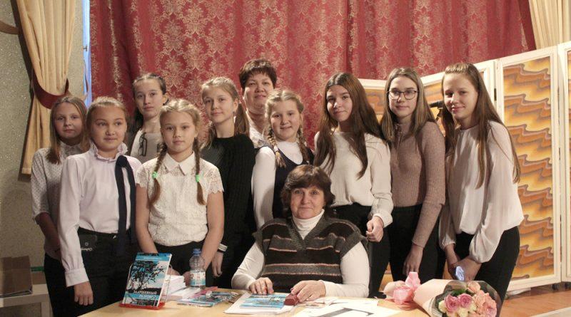 Н.Гаврикова с членами клуба «Озарёнок» в день презентации новой книги.
