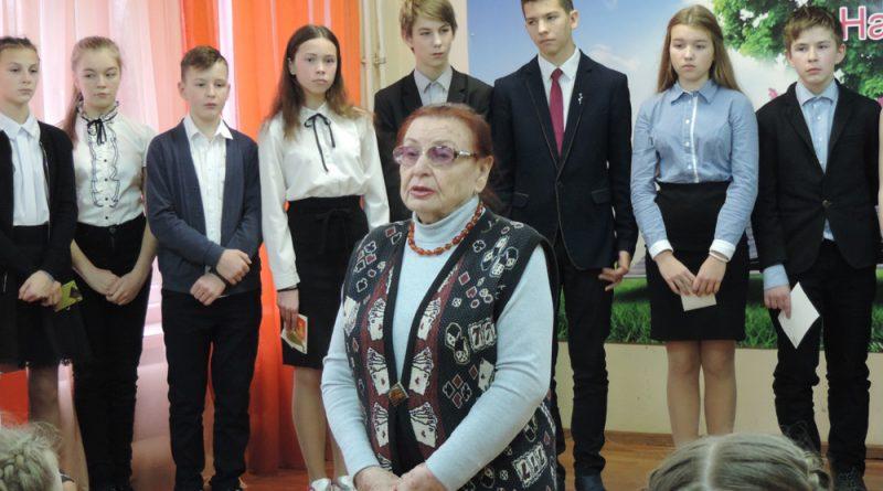 Т.А.Абрамова рассказывает семиклассникам о страшной трагедии 1943 года.