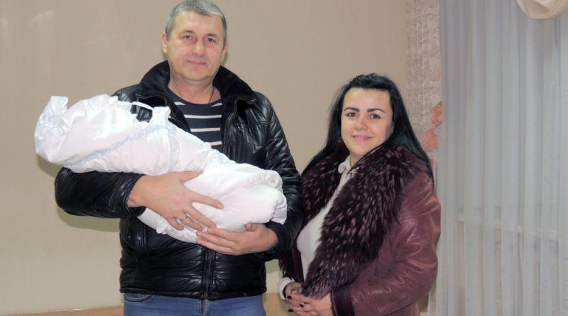 Счастливые Олег и Елена с новорожденным Игнатом.