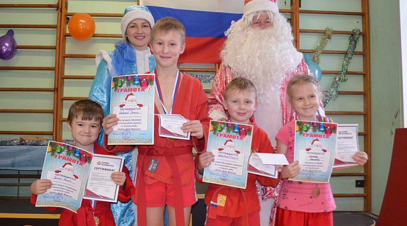 Победители в номинациях: А.Турков, С.Хоботов, К.Щербаков, В.Кутилова вместе с главными новогодними героями.