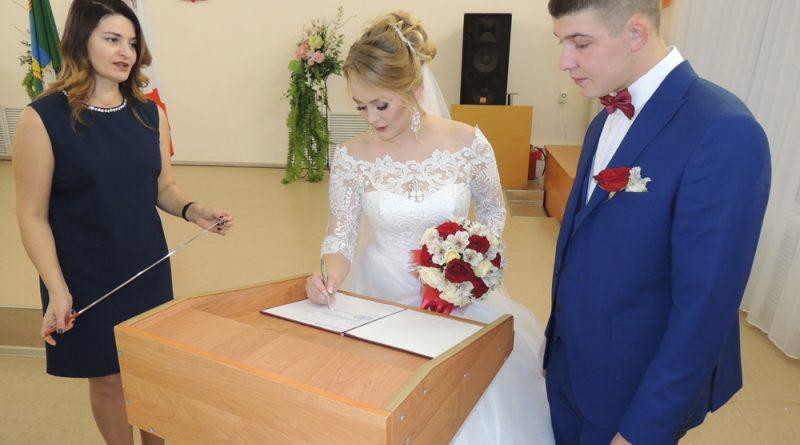 И.Дерягина: «Альбина и Юрий, поставьте свои подписи в книге регистрации».